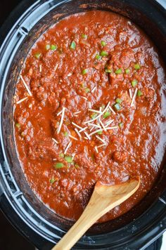 Crockpot Tomato Sauce - Best spaghetti I've EVER made. Flavorful and incredibly delicious Homemade Italian Spaghetti Sauce made in the crock pot with ground beef, onions, tomatoes and peppers.
