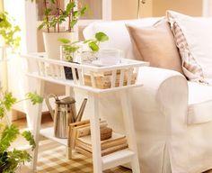 IKEA Österreich, LANTLIV Blumenständer in Weiß als Beistelltisch neben einem Sofa