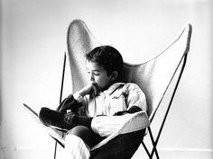 BKF,nieto del arquitecto Antonio Bonet,sentado en un BKF de borreguillo blanco
