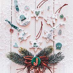 Doucement mais sûrement je réalise des suspensions pour notre sapin🎄Celui-ci ne sera pas fait avant la St Nicolas (tradition que l'on respecte chaque année) donc j'ai encore un peu le temps de peaufiner mes fabrications. J'ai opté pour de l'argile auto-durcissante Créalia de chez @culturafr Elle se travaille parfaitement et ne fissure pas👌🏻Et après avoir peint mes suspensions, j'ai ajouté des petits stickers et des rubans de la collection Noël Nordic toujours de chez Cultura. (Le pas à… Wreaths, Stickers, Collection, Coffee Scrub, Christmas Clay, Ribbons, Fir Tree, Bricolage, Noel