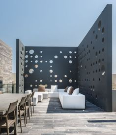 Casa moderna frente al mar en las islas artificiales de Amwaj en Bahrein. La arquitectura y los espacios interiores son modernos y de tecnología avanzada.