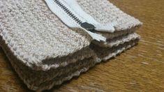お待たせしました!かぎ針編みて編むハート模様のキャラメルポーチの編み図です^^娘のオモチャ収納用に編んだので、けっこう大きいです。娘に持ってもらうと、こんな感じ♪かなり大きい感じなので、持ち歩くにはアレですが、細々したオモチャや小物をしまっ