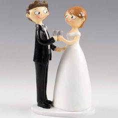 Novios brindando para la tarta de boda. Una figura original para el pastel