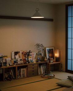 【スタッフの愛用品】変えたのにも気づかない?洋室にも和室にもよく馴染む、CLASKAのアトリエランプ – 北欧、暮らしの道具店 Interior Garden, Room Interior, Interior And Exterior, Interior Design, Desktop Bookshelf, Japan Room, Japanese Bedroom, Japanese Style House, Interior Inspiration