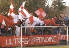 Rondinella anni 80, squadra di Firenze con un discreto seguito ultras belle bandiere bianco rosse