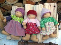 verschiedene Stoffpuppen mit unterschiedlicher Puppenkleidung