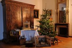 #Christmas #Trees #Xmas #Museum #Domestic #Culture #switzerland #presents #puppets #livingroom #cozy #snow #winter #wohnkultur #wohnzimmer #weihnachten #weihnachtsbaum #schweiz
