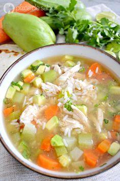 Caldo de pollo con arroz y chipotle www.pizcadesabor.com