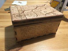 Rätselbox ... der Text auf der Seite liefert die Hinweise am Deckel der Box. Man muss den Kartentischen folgen um die Box öffnen zu können ... #happylabWien Geocaching, Escape Room, Decorative Boxes, Random, Home Decor, Table, Cards, Homemade Home Decor, Decoration Home