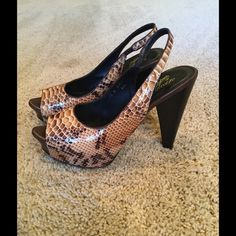 "Donald J Pliner Heel Pump Size 7.5 Python Donald J Pliner Heel Pump Size 7.5 Python. Adorable with skinny jeans! Excellent condition. Heel is approx 3.5"" Smoke free home. Donald J. Pliner Shoes Heels"