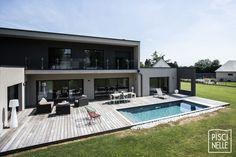 Une superbe réussite d'implantation d'une piscine rectangulaire contemporaine en Belgique.  Crédit photo : Fred Piea Home Design Decor, Home Decor, Garden Oasis, Modern House Plans, Tiny House Design, Interior Exterior, Building A House, New Homes, Mansions