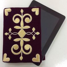 "507 Beğenme, 8 Yorum - Instagram'da Арт-Центр Madina Saral'p (@madinasaralp): ""Сумочка для планшета с золотной вышивкой. Размер 19х26см. Цена по запросу."" Madina, Gold Work, Continental Wallet, Diy And Crafts, Symbols, Embroidery, Traditional, Ornaments, Antiques"