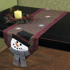 Snowman Table Runner - no pattern Christmas Sewing, Christmas Projects, Holiday Crafts, Holiday Decor, Table Runner And Placemats, Quilted Table Runners, Snowman Quilt, Quilted Table Toppers, Winter Quilts