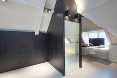 Kijk naar deze zolderverdieping die op een prachtig manier is verbouwd tot master bathroom. Het opvallende glasmozaïek van Sicis is speels en uitdagend.