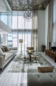 Plafond haut et façade entièrement vitrée créant un décor de style