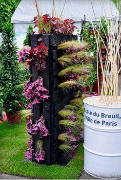 Unique Ideas Of A Diy Pallet Planter Unique 21 Vertical Pallet Garden Ideas for Your Backyard or Balcony Backyard Garden Landscape, Small Backyard Gardens, Modern Backyard, Small Space Gardening, Small Gardens, Backyard Landscaping, Large Backyard, Vertical Pallet Garden, Vertical Vegetable Gardens