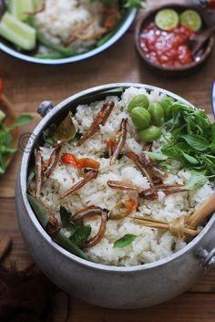 Nasi Liwet Sunda Indian Food Recipes, Asian Recipes, Ethnic Recipes, Nasi Liwet, Nasi Lemak, Breakfast Buffet Table, Indonesian Cuisine, Indonesian Recipes, Malay Food
