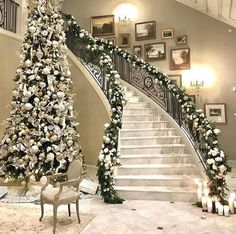 33 Lovely Christmas Tree Decoration Ideas As A Great Inspiration. A traditional Christmas tree is the ultimate seasonal decoration. Not only does the presence of a beautifully decorated Christmas tree. Noel Christmas, Christmas Lights, Christmas Ideas, Homemade Christmas, Winter Christmas, Elegant Christmas Decor, Christmas Music, Christmas 2019, Champagne Christmas Tree