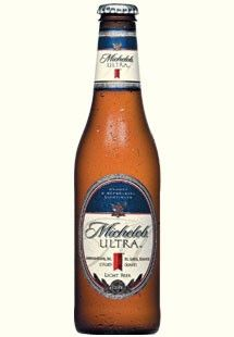Cerveja Michelob Ultra, estilo Lite American Lager, produzida por Anheuser-Busch, Estados Unidos. 4.2% ABV de álcool.