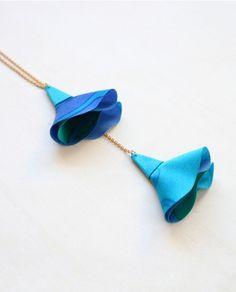 Sautoir chaîne et fleur soie Bleu