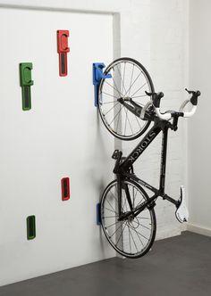 Si le vélo peut s'avérer très utile pour se déplacer rapidement et éviter les embouteillages en ville, il n'est parfois pas évident de le « ranger » au travail ou dans un appartement. Pour remédier à cela, l'entreprise londonienne Cycloc a mis au point un petit gadget permettant de ranger facilement un vélo à la verticale. Ce …