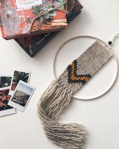 Muchas veces me apetece probar soportes diferentes al telar para tejer. Cuando hice este tapiz, quise hacer algo distinto a los tapices…