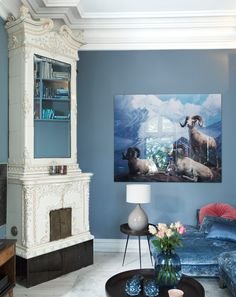 <p>Norska inredaren Karina Holmen har målat sin 1800-talsvåning i Oslo med dova mättade färger, närmare bestämt olika grader av gråblått i olika rum. Ett enkelt, men effektivt inredningstips!</p>