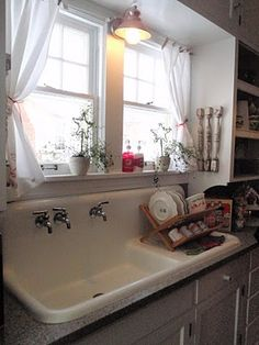 70 Pretty Kitchen Sink Decor Ideas CoachDecor com is part of Farmhouse kitchen curtains The heart and soul of the kitchen belongs to the kitchen sink, the provider of clean, flowing water It's - Kitchen Sink Decor, Kitchen Redo, New Kitchen, Kitchen Ideas, Vintage Kitchen Sink, Vintage Sink, Kitchen Fixtures, Vintage Farmhouse Sink, 1940s Kitchen