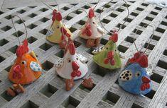 So bunt wie Ostereier sind meine Hühner glasiert. Sie dürfen draußen am Strauch hängen, sind aber nicht frostfest gebrannt! Das Huhn hat eine Höhe von ca 6,5 cm ........mit Baumelbeinen ca 8,5 cm....