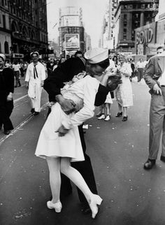 V-J Day In Times Square, Alfred Eisenstaedt, 1945- 100 Most Influential Photos Of All Time (from November 2016)