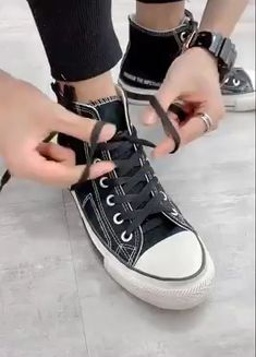 Shoelace Tips ! Shoelace Tips ! Shoelace Tips ! Ways To Lace Shoes, How To Tie Shoes, Diy Converse, How To Lace Converse, Sneakers Mode, Sneakers Fashion, Lace Sneakers, Tie Shoelaces, Diy Clothes Videos