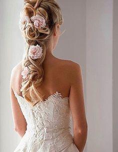 Penteados para noivas com flores naturais Clube Noivas