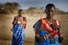 Donne Masai tornano dal mercato per un controllo dell'infezione del tracoma.  http://www.sightsavers.it/il_nostro_lavoro/le_persone_che_avete_aiutato/19509.html
