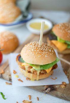 Zelfgemaakte krokante kipburger met een sausje van honing mosterd. Makkelijk recept echt een aanrader! Hamburger Hotdogs, Crispy Chicken Burgers, Good Food, Yummy Food, Snacks, Food Blogs, Original Recipe, High Tea, Food Porn