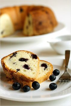 Blueberry Pound Cake Recipe (compared to butter cake: less butter, fewer eggs, better measurements) Peach Pound Cakes, Almond Pound Cakes, Pound Cake Recipes, Easy Cake Recipes, Dessert Recipes, Desserts, Fruit Recipes, Blueberry Pudding Cake, Blueberry Pound Cake