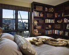 Zeitgenössische Schlafzimmer Mit Hausgemachte Bücherregale Installierte Mit Bambus Striped Vorhänge Auf Holz Glas Windowsbeside Master Bed