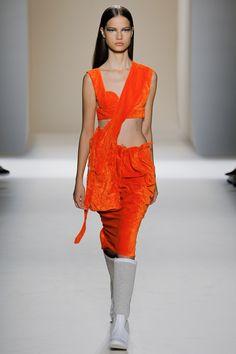 Victoria Beckham Spring 2017 Ready-to-Wear Fashion Show - Faretta
