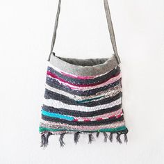 Make a cute summer bag out of a rag rug (English and German).