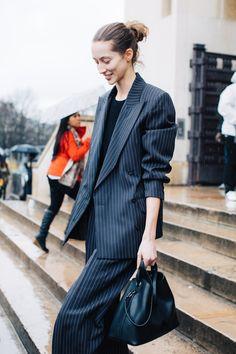 Street style à la Fashion Week automne-hiver 2017-2018 de Paris : chignon haut sophistiqué working girl
