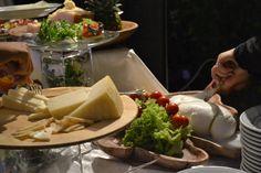 ANTIPASTO A BUFFET: L'ISOLA DELLA TRADIZIONE: Torte rustiche ripiene con verdure e formaggio filante. Scaglie di Parmigiano Reggiano. Treccia di mozzarella di bufala Campana su insalatina di campo. Ricotta infornata su letto di rughetta e pomodorini.Bignè ripieni con crema di broccoli glassati al formaggio. Prosciutto di Parma tagliato a mano e Tagliere dei salumi (salame, lonzino, etc..). Specchio di formaggi morbidi e stagionati serviti con confetture, miele e frutta secca.