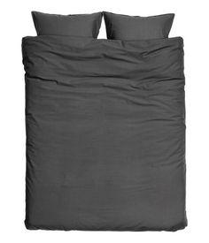 Antracitgrå. Dobbelt sengesæt i fintrådet bomuldskvalitet, som er vasket for at give en ekstra blød og glat fornemmelse. To hovedpudebetræk. 30s-garn. Trådt