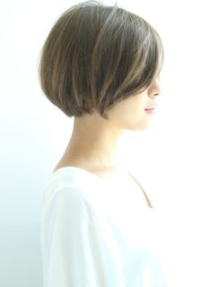 外国人風のマット系カラーで日本人に多いオレンジ系の色味をなくした、透明感のあるカラーに。 Short Bob Haircuts, Hairstyles Haircuts, Short Hair Cuts, Short Hair Styles, Carmel Hair Color, Growing Out Hair, Permanent Eyebrows, Short Blonde, Hair Type