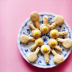 目玉焼きクッキーがインスタなどのSNSでじわじわと人気です。目玉焼きクッキーとは目玉焼きそっくりなクッキーです。そのビジュアルが素朴でかわいいと話題に。今回は、まるでおままごとのような目玉焼きクッキーを紹介いたします。