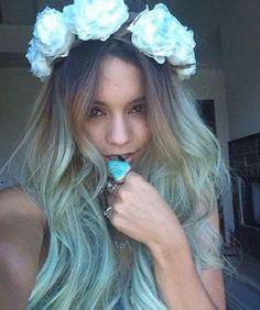Vanessa Hudgens adopte un tie and dye bleu pastel.