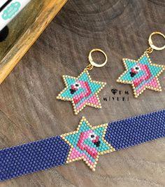 lamingo set Design✂️&Photo ➡️Dm miyuki - - - - - - - - - - - - - - - - - - - - - - - - - - Bilgi için ➡️Dm ulaşabilirsiniz  (İzinsiz Beaded Bracelet Patterns, Beading Patterns, Beaded Earrings, Earrings Handmade, Handmade Jewelry, Handmade Accessories, Jewelry Accessories, Beaded Animals, Fabric Jewelry