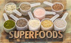 Cosa sono i superfoods? Sono alimenti che possiedono  un contenuto di nutrienti superiore alla media dei cibi comuni (vitamine, minerali, fibre, enzimi, sali minerali, antiossidanti… Sono un autentico concentrato di benessere e salute.
