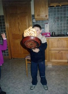 OMG. BABY NIALL FLIPPING A PANCAKE..... THAT'S BIGGER THAN HIS HEAD!