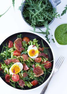 Rucolapesto med hasselnødder. Pasta vendt med en lækker hjemmelavet pesto, lidt grønt, æg og sprødstegt parmaskinke - en skøn frokost eller let aftensmad.
