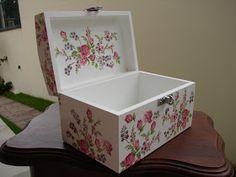 Baú em madeira na cor branca decorado por decoupage em guardanapo com lindas rosas e flores do campo. Ideal para guardar jóias ou para mante...
