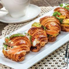 Croissants apéritifs au saumon fumé Cuisine Diverse, Crescent Rolls, Sunday Brunch, Chicken Wings, Tea Time, Seafood, Sandwiches, Bagel, Dinner Recipes